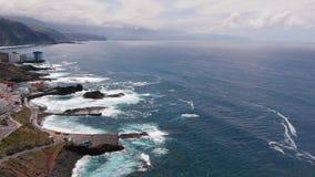 aereo Le onde di vista superiore si rompono sulla linea costiera dell'isola di Tenerife stock footage