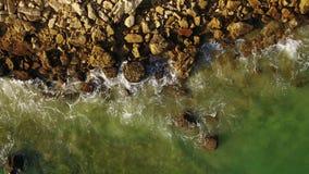 aereo Le onde trasparenti e spruzza sulle spiagge dell'Algarve video d archivio