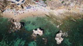 aereo Metraggio di chiare acque con i turisti, spiaggia Arrifes video d archivio