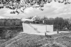 Aereo militare MIG-17 dell'URSS Monumento in Ržev, Russia Foto monocromatico Fotografia Stock