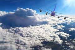 Aereo nel bianco del nero del fondo dell'aeroplano di trasporto di viaggio di volo del cielo Immagini Stock