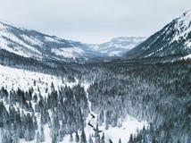 Aereo: Paesaggio di inverno in montagne immagine stock libera da diritti