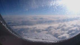 Aereo passeggeri che si avvicina alle nuvole spesse, muoventesi giù prima dell'atterraggio all'aeroporto archivi video