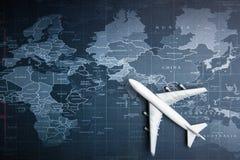 Aereo passeggeri sulla mappa di mondo Sistema di trasporto di affari fotografia stock libera da diritti