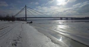 aereo Ponte di inverno sulla città Ponte pedonale al sole archivi video