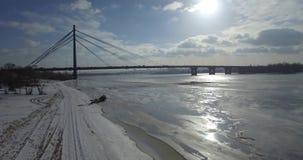 aereo Ponte di inverno sulla città Ponte pedonale al sole stock footage