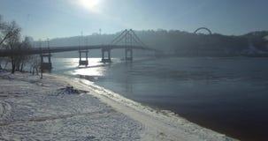 aereo Ponte di inverno sulla città Ponte pedonale al sole video d archivio