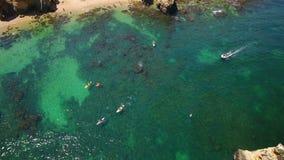 aereo Raggruppi i kajak che galleggiano nella baia, un video dall'aria, da sopra video d archivio