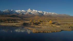 aereo Sorvolare il bello lago vicino alle montagne Panorama Autunno archivi video