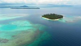 Aereo: sorvolare la barriera corallina bianca dell'acqua del turchese del mare di Caraibi della spiaggia dell'isola tropicale Iso stock footage