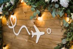 aereo sui bordi di legno decorati con i fiori distanza e lov Fotografie Stock