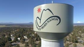 Aereo - torre di acqua curvata del ranch del fiume stock footage