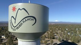 Aereo - torre di acqua curvata del ranch del fiume archivi video