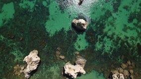 aereo Videoripresa di chiare acque, spiaggia Arrifes, sao Rafael archivi video