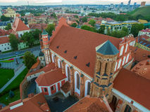 aereo Vilnius, Lituania: Le chiese di Bernadines e di St Anne fotografia stock