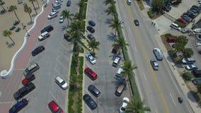 aereo Volando sopra il parcheggio dell'automobile vicino al litorale video d archivio