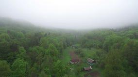 aereo Volo del fuco sopra la nebbia del villaggio di mattina archivi video