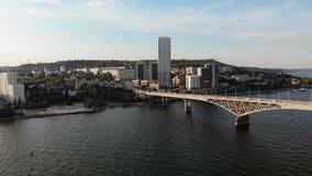Aeresändning av en trevlig lång biobro med bilar i staden Saratov lager videofilmer
