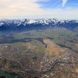 Aeri della città della città della Svizzera delle montagne di panoramica di panorama delle alpi di Thun Immagini Stock