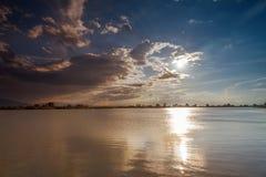 Aeriaal sikt, sjö Balaton i solnedgången royaltyfria bilder