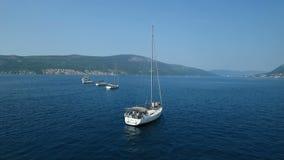 aerial Acht Yachten ausgerichtet auf adriatischem Meer stock footage