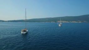 aerial Acht Yachten ausgerichtet auf adriatischem Meer stock video