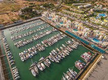 aerial Aerophotographyansicht von über einem Luxushafen, mit modischen Yachten Lizenzfreie Stockfotos