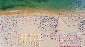 aerial Begriffsansicht vom Himmel des Strandes und der Touristen Lizenzfreie Stockfotos