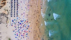 aerial Berühmte touristische Strände von Portugal filmten vom Himmel Lizenzfreies Stockbild