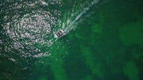 aerial Boot mit Motor und Touristen, Video von der Luft, von oben stock footage