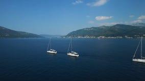 aerial Drei Yachten ausgerichtet auf adriatischem Meer stock video