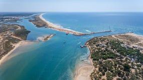 aerial Eingang zu den Bucht Quatro-Aguas Tavira-Insel Genommen vom Himmel Lizenzfreie Stockfotografie