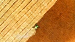 aerial Erntemaschine auf einem Gebiet stockfotos