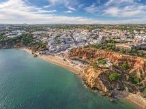 aerial Erstaunliche Ansicht vom Himmel, albufeira Stadt-Olhos de Agua Stockbilder