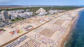 aerial Erstaunlicher Strand von Monte Gordo wird vom Himmel durch Brummen Portugal genommen lizenzfreies stockbild