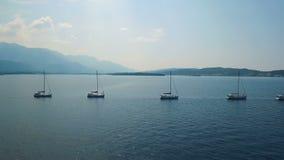 aerial Fünf Yachten ausgerichtet auf adriatischem Meer stock video