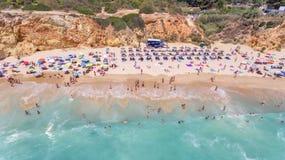 aerial Felsen und Strände nähern sich Stränden von Portimao Lizenzfreie Stockbilder