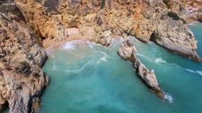 aerial Felsen und Strände nähern sich Stränden von Portimao Stockfotografie