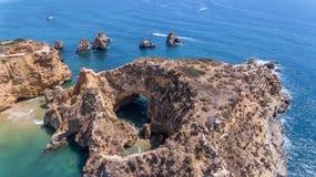 aerial Felsen und Strände nähern sich Stränden von Portimao Lizenzfreies Stockfoto