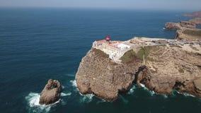 aerial Filme mit Himmel über dem südlichen Leuchtturm Cabo-Sao Vicente stock video footage
