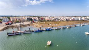 aerial Fischerboote des Piers im Dorf Cabanas de Tavira Stockfotos