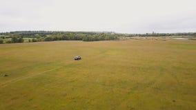 aerial Fliegen über die suv Autoschnell fahren durchgehende ländliche Landschaft nicht für den Straßenverkehr stock video footage