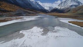 aerial Fluss, der durch weißes Gebirgstal läuft stock video