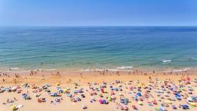 aerial Fotos des Strandes und der Touristen der Stadt von Albufeira Vom Himmel Stockfoto