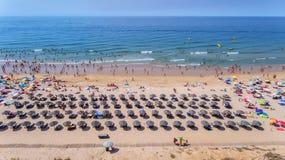 aerial Fotos des Strandes und der Touristen der Stadt von Albufeira Vom Himmel Stockbild