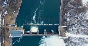 aerial Frühlingshochwasser, der auf Wasserkraftwerk fließt verdammung stock video footage