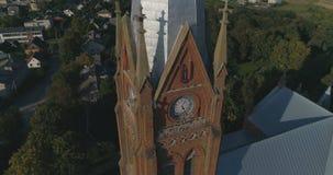 aerial Glatter Punkt der Nahaufnahme des Interessenbrummens schoss von Kirche Johannes von Ramygala in Litauen Panorama der Stadt stock footage