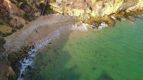 aerial Kleiner Strand in Olhos de Agua filmte den Himmel Albufeira stock video footage