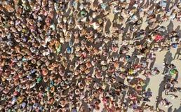 aerial Masse der Leute Ansicht vom Brummen lizenzfreie stockfotos