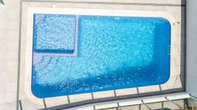 aerial Normales Pool mit Wasser vom Himmel Shooted durch Brummen über Lizenzfreie Stockfotografie